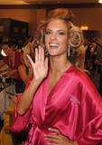 th_97181_fashiongallery_VSShow08_Backstage_AlessandraAmbrosio-73_122_398lo.jpg